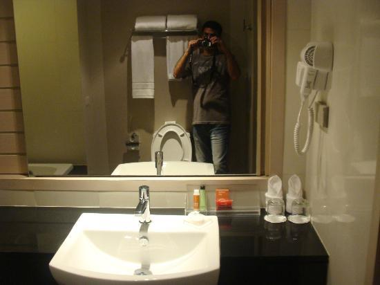The ASHLEE Heights Patong Hotel & Suites: Clean bathroom