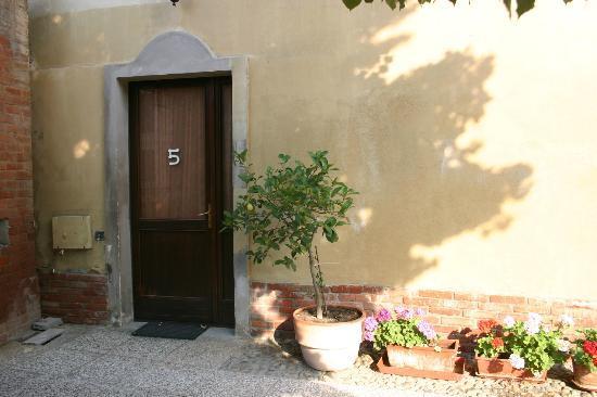 La Chicca B&B: Door to room in courtyard
