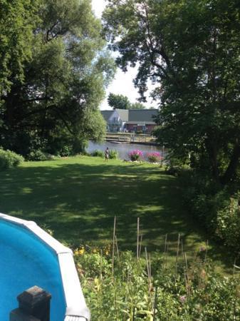 Une Fleur au Bord de l Eau: Relaxing by the pool