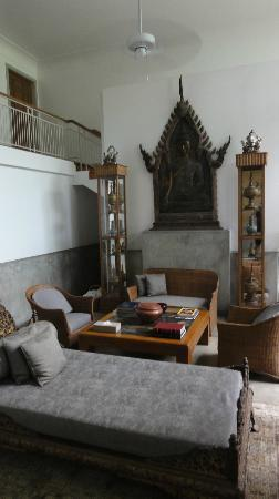 Babylon Bangkok: Common living room in the garden suites