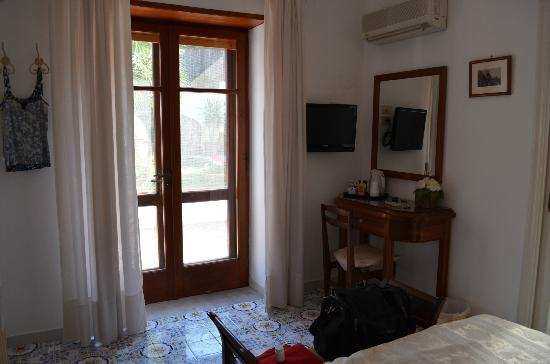 Mediterraneo: Bright room with nice view of garden in morning