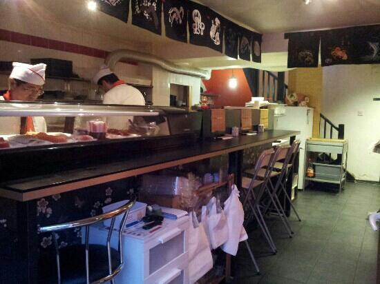 Staines, UK: sushi bar and tables in upstairs