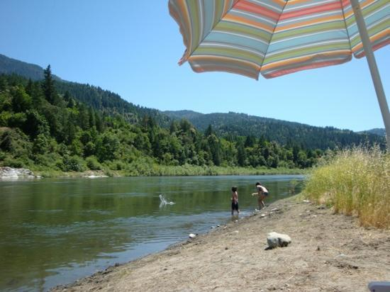 Sandy Bar Ranch: skipping stones at the beach below the cabins