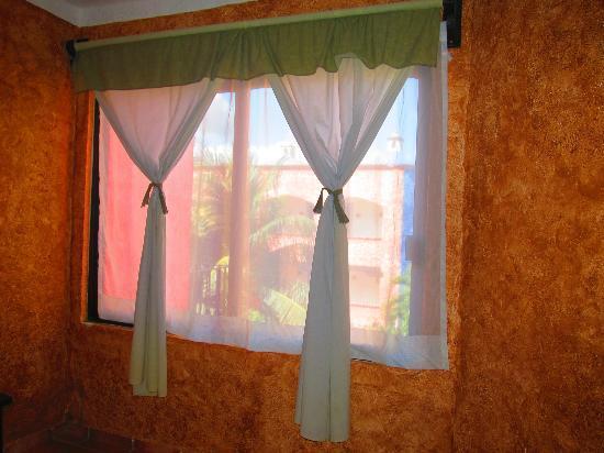 Hotel Hacienda Maria Bonita: ventana vista a la piscina