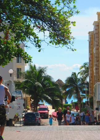 Hotel Hacienda Maria Bonita: vista dsd la esquina del hotel