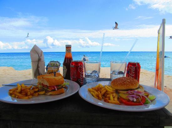 Hacienda Maria Bonita: La playa a dos cuadras del hotel, dnd tenia desc para camastros! comiamos muy bien como veran! :