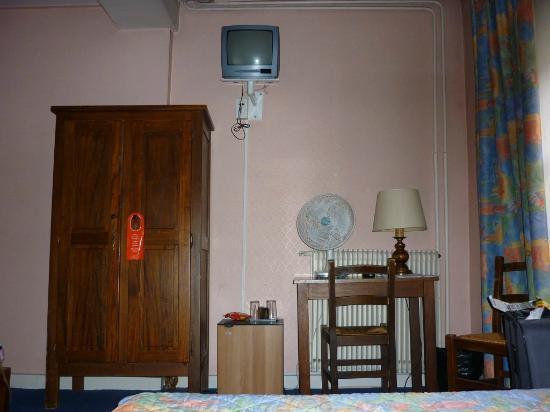 Acacias Hotel De Ville : TV, wardrobe, desk.