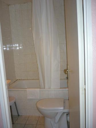 Acacias Hotel De Ville: Bathtub.