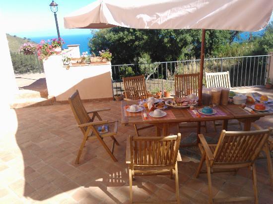 Le Ginestre B&B : Breakfast on the terrace