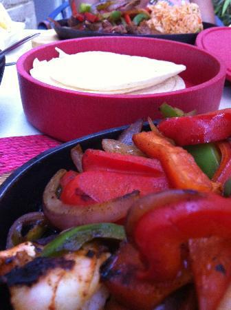 La Hacienda Mexican Restaurant: Fajita comes with tortilla bread