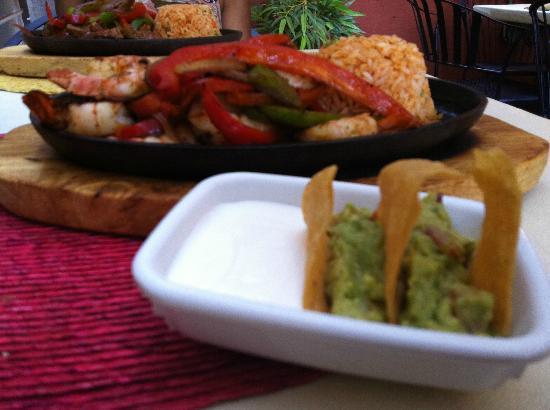 La Hacienda Mexican Restaurant: Shrimp Fajita + Tortilla chips + Sour cream + Guacamole