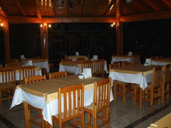 Belcehan Beach Hotel: Breakfast bar at night