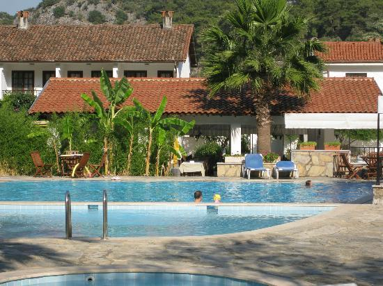 Sultan Palas Hotel: Pool with dining area in the background