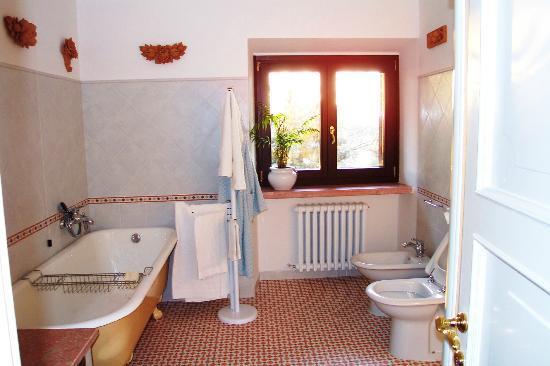 Villa Osperellone : Master Bath en suite in the Master Bedroom
