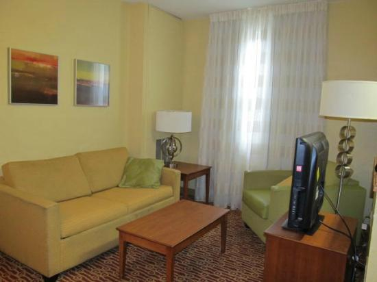 TownePlace Suites Miami Lakes : Living room area