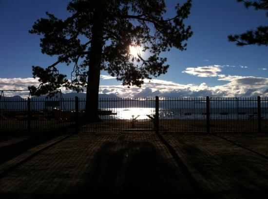 Alpenrose Inn: Beautiful Tahoe just a block or so away.