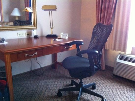 Hilton Garden Inn Elmira / Corning: Desk and chair in standard king room