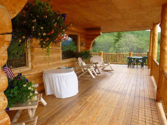 Majestic Valley Wilderness Lodge: Huge wrap-around porch with stunning views