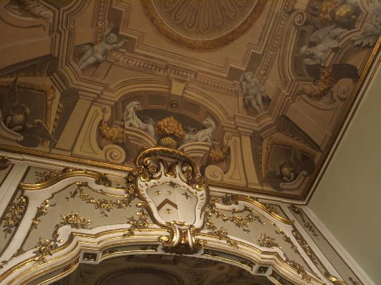 Palazzo Bruchi: Gorgeous frescoed ceiling in breakfast area