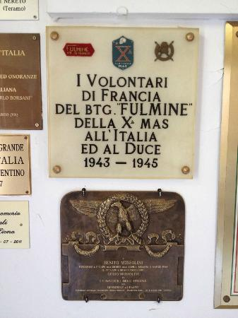 Cimitero Monumentale di San Cassiano in Pennino : A wall of plaques from kindred groups