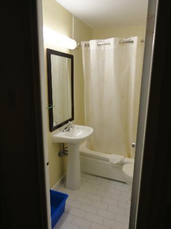 Comfort Hotel Downtown: Baño de la habitacion, con bañera-