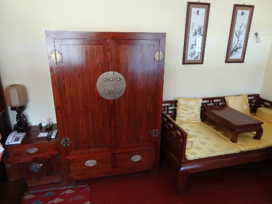 Beijing Sihe Courtyard Hotel : Executive room - plenty of room - very tired