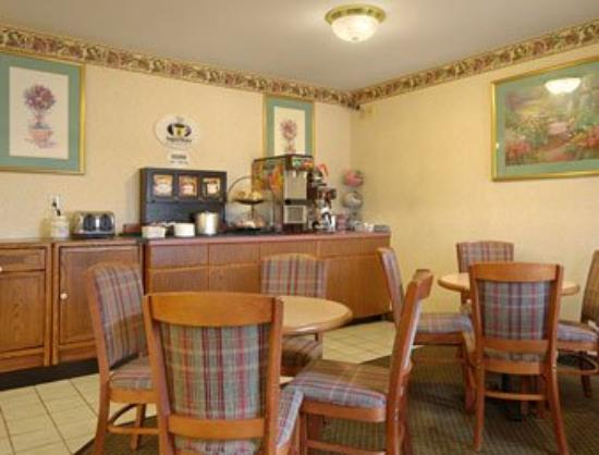 Super 8 Danville: Breakfast Area