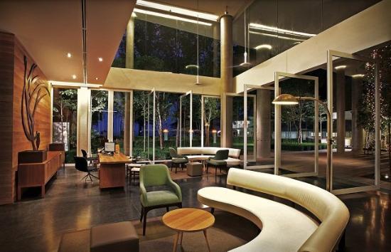 Lone Pine Hotel: Lobby Night