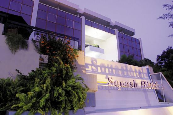 Karibea Squash Hotel: Facade Squash Nuit
