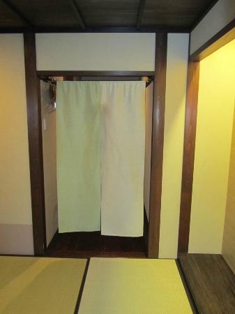 Matsubaya Inn: Opposite view of room (from table/tv area)