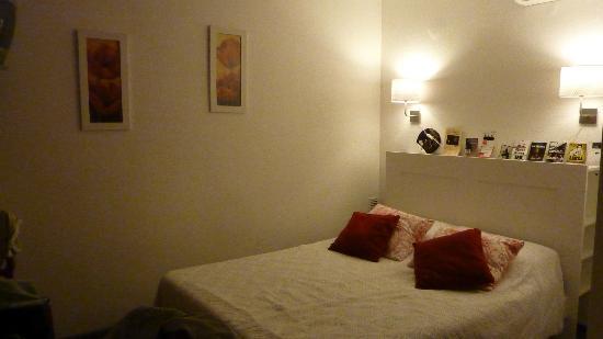 Hotel Boquier: Le grand lit avec une tête de lit qui offre des espaces de rangement