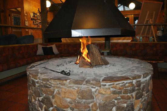 Jemby-Rinjah Eco Lodge : Sunken pit fire lounge in reception