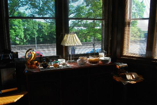 Sandilands Guest House: Breakfast Table