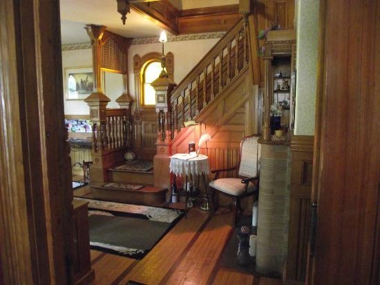 Cheney House Bed & Breakfast: Beautiful wood staircase leading to the second floor