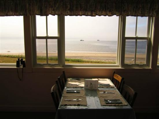 Entente Cordiale Inn : view of dining room with ocean