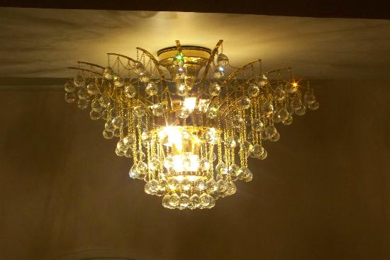 Connellsville Bed and Breakfast: Chandelier in Entrance