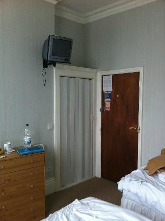 Marine Parade Hotel: Dorm style room...check out the wardrobe