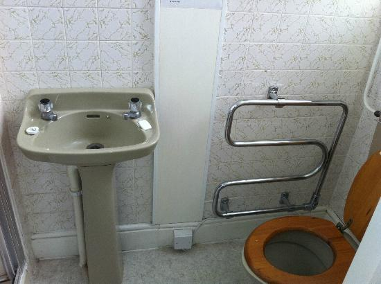 Marine Parade Hotel: Our dated bathroom