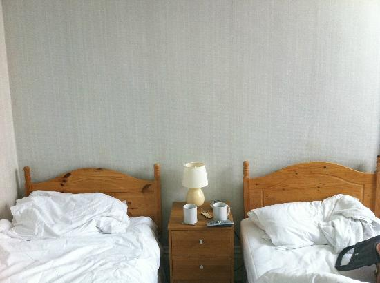 Marine Parade Hotel: Camp Beds!