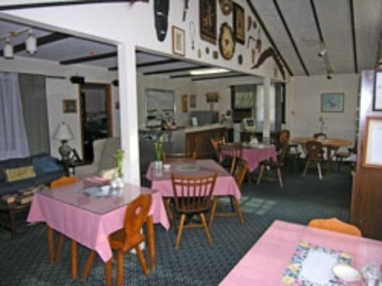 Arcady at the Sunderland Lodge: breakfast area/front desk