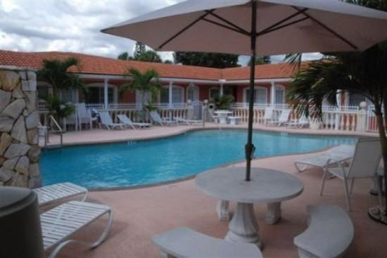Blind Pass Resort-Motel : Relaxing Pool And Spa Patio Area