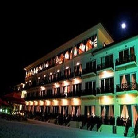 Hulhule Island Hotel: Exterior Night