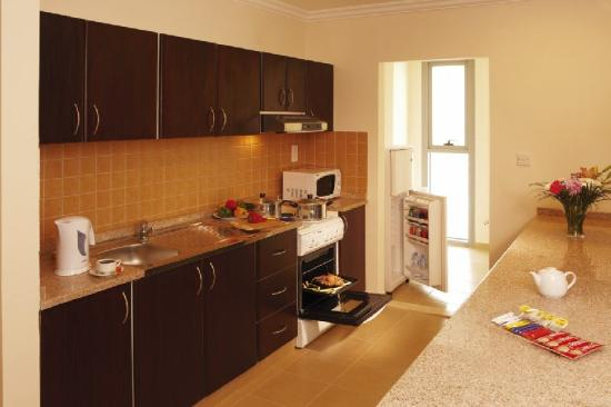 Pearl Continental Hotel Apartments: Kitchen