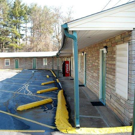 Whispering Pines Motel : Exterior View