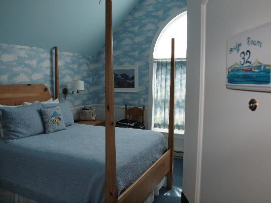 Cottage Inn of Mackinac Island: Bridge Room- view of the bed and window