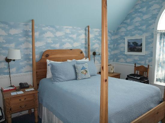 Cottage Inn of Mackinac Island: Bridge Room- view of the four poster bed