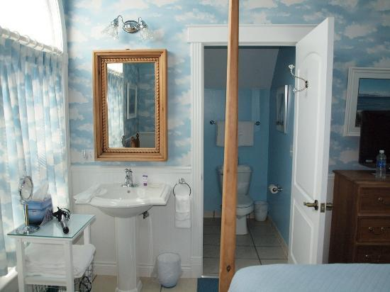 ‪‪Cottage Inn of Mackinac Island‬: Bridge Room- view of the sink and bathroom