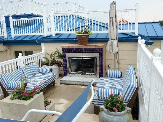 Hotel Blue: Pool fireplace