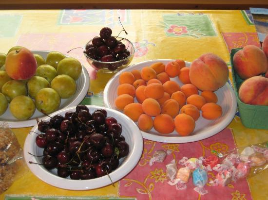 Goldenwood Lodge: Kicking Moose cabin: summer fruit from roadside stands
