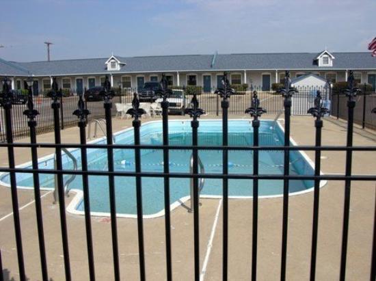 Victorian Inn: Pool